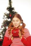 Mujer feliz con la caja y el árbol de navidad de regalo Fotografía de archivo libre de regalías