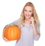 Mujer feliz con la calabaza de la acción de gracias Fotos de archivo