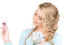 Mujer feliz con la calculadora y el dinero Imágenes de archivo libres de regalías
