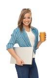 Mujer feliz con la computadora portátil y el café Fotos de archivo