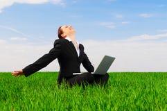 Mujer feliz con la computadora portátil Fotografía de archivo libre de regalías