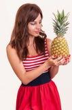 Mujer feliz con la fruta fresca de la piña Fotografía de archivo libre de regalías