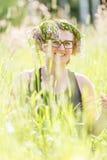 Mujer feliz con la guirnalda Imagenes de archivo
