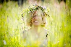 Mujer feliz con la guirnalda en su cabeza Imágenes de archivo libres de regalías