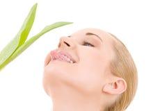Mujer feliz con la hoja verde Imágenes de archivo libres de regalías