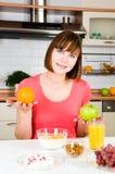 Mujer feliz con la manzana y la naranja Foto de archivo libre de regalías
