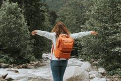 Mujer feliz con la mochila en la n concepto del recorrido fotos de archivo