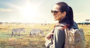 Mujer feliz con la mochila que viaja en África Fotografía de archivo