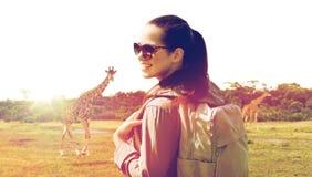 Mujer feliz con la mochila que viaja en África Fotografía de archivo libre de regalías
