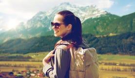 Mujer feliz con la mochila que viaja en montañas Fotografía de archivo libre de regalías