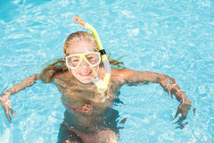 Mujer feliz con la natación del engranaje del tubo respirador en piscina Imagenes de archivo