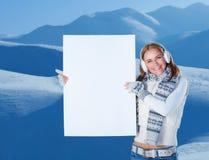 Mujer feliz con la postal en blanco Foto de archivo