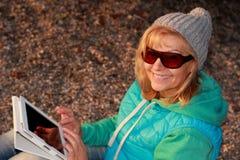 Mujer feliz con la tableta en gafas de sol Fotos de archivo