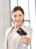 Mujer feliz con la tarjeta de crédito Fotos de archivo