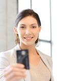Mujer feliz con la tarjeta de crédito Foto de archivo libre de regalías