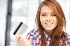 Mujer feliz con la tarjeta de crédito Fotografía de archivo