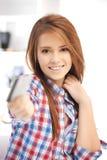 Mujer feliz con la tarjeta de crédito Imagen de archivo libre de regalías