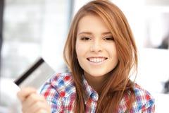 Mujer feliz con la tarjeta de crédito Imagenes de archivo