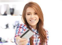 Mujer feliz con la tarjeta de crédito Foto de archivo