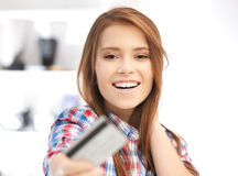 Mujer feliz con la tarjeta de crédito Fotografía de archivo libre de regalías