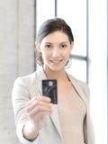 Mujer feliz con la tarjeta de crédito Imágenes de archivo libres de regalías
