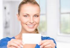Mujer feliz con la tarjeta de visita Fotos de archivo libres de regalías