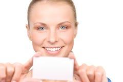 Mujer feliz con la tarjeta de visita Foto de archivo libre de regalías