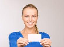 Mujer feliz con la tarjeta de visita Fotografía de archivo libre de regalías