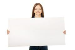 Mujer feliz con la tarjeta en blanco Fotografía de archivo libre de regalías