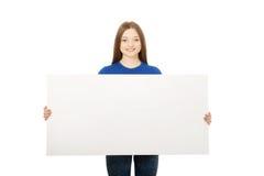 Mujer feliz con la tarjeta en blanco Fotos de archivo libres de regalías