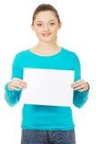 Mujer feliz con la tarjeta en blanco Fotografía de archivo