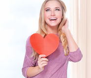 Mujer feliz con la tarjeta romántica Imagen de archivo