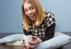 Mujer feliz con la taza de café Foto de archivo libre de regalías