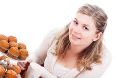 Mujer feliz con la taza de té y de molletes imagen de archivo libre de regalías