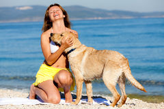 Mujer feliz con Labrador Foto de archivo libre de regalías