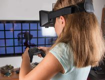 Mujer feliz con las auriculares y la palanca de mando de la realidad virtual que juegan a juegos del vr foto de archivo libre de regalías