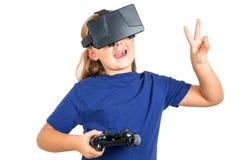 Mujer feliz con las auriculares y la palanca de mando de la realidad virtual que juegan a juegos del vr fotografía de archivo libre de regalías