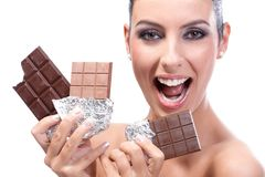 Mujer feliz con las barras de chocolate Foto de archivo