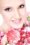 Mujer feliz con las flores foto de archivo