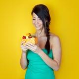 Mujer feliz con las fresas Imagen de archivo