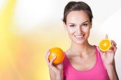 Mujer feliz con las naranjas imagen de archivo libre de regalías
