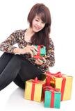 Mujer feliz con las porciones de regalos Imagenes de archivo