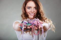 Mujer feliz con las pulseras del anillo de los collares de la joyería Fotos de archivo