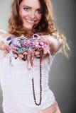 Mujer feliz con las pulseras del anillo de los collares de la joyería Foto de archivo