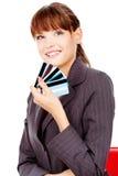 Mujer feliz con las tarjetas de crédito Imágenes de archivo libres de regalías