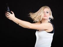 Mujer feliz con los auriculares en el movimiento del baile Fotos de archivo libres de regalías