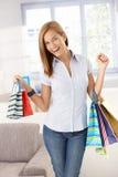 Mujer feliz con los bolsos de compras en manos Fotografía de archivo libre de regalías
