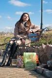 Mujer feliz con los bolsos de compras y el cielo azul Imagen de archivo