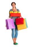 Mujer feliz con los bolsos de compras y la caja de regalo Imágenes de archivo libres de regalías