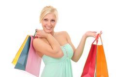 mujer feliz con los bolsos para hacer compras Fotos de archivo